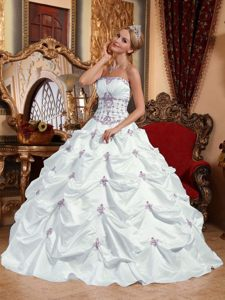 Attractive White Sleeveless Taffeta Long Dresses for Quince with Appliques
