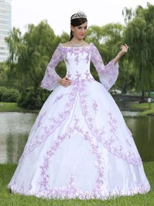 Unique Long Sleeves White Quinceanera Dresses with Embroidery in Taffeta